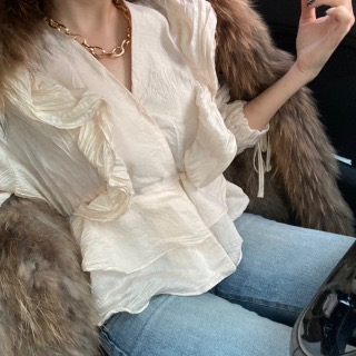 Wrinkle ruffle blouse.